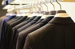 スーツの型崩れを防ぐ! 良いハンガーの選び方とは?