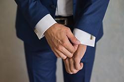 スーツの袖を伸ばす