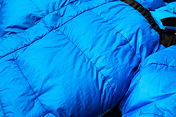 青いダウンジャケット