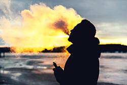 ダウンコートにしみついたタバコ臭……ニオイを取る方法ってある?