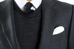 防寒もおしゃれも一石二鳥! スーツに合わせるセーターの選び方