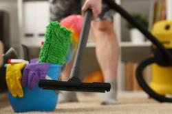 カーペットのケアで役立つ! 掃除機以外におすすめのアイテムとは