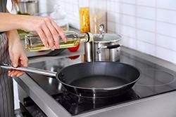 料理中に「食用油」がはねてしまった……! シミ抜き方法とは?