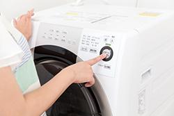 洋服にソースが……出先でできる応急処置&家での本格シミ抜き方法