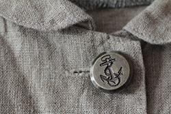 麻のジャケットに付いたボタン