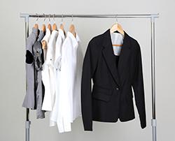 スーツが汗臭い……自宅でできるスーツの臭い取りテク