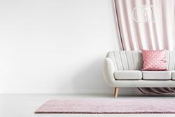 白い室内と白いソファー